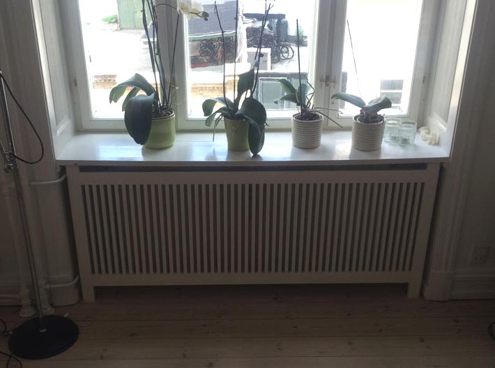 Ældre bolig med indhak til radiator. Radiatorskjuleren skærmer radiatoren er med til at danne en lige væg.