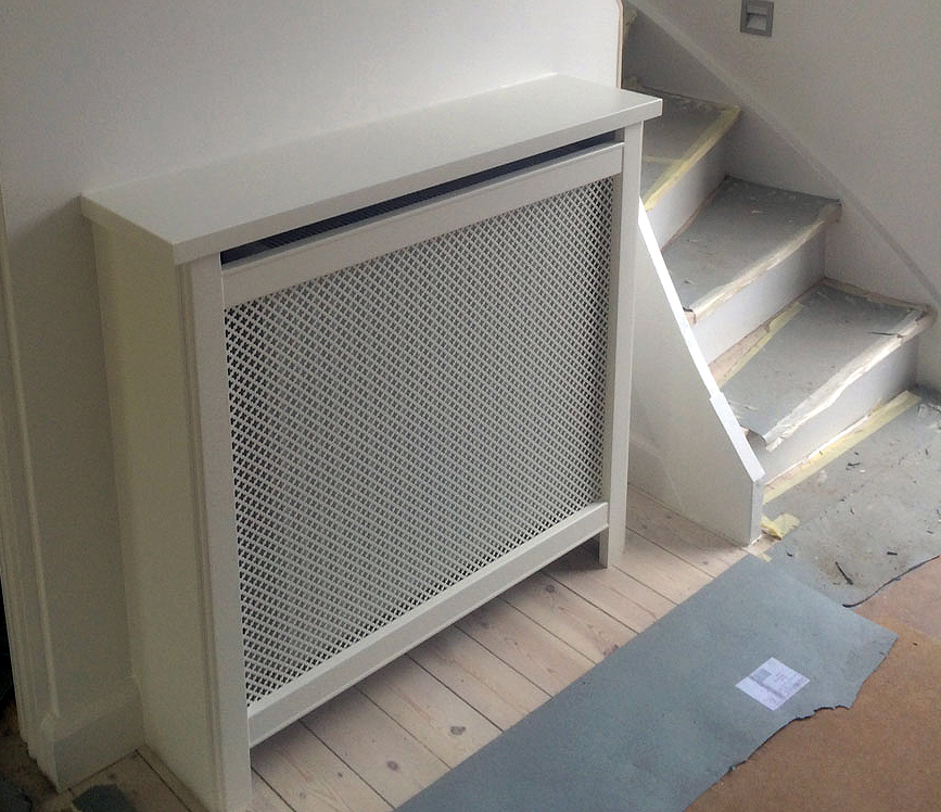 Flot radiatorskjuler ved trappeopgang. Denne løsning giver fuld udnyttelse af væggen.