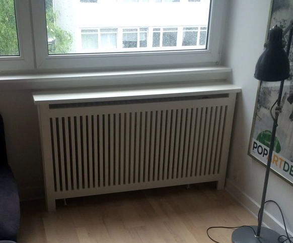 Enkelt og stilren radiatorskjuler. Her er benyttet Gentofte trætremmer til at skærme radiatoren.