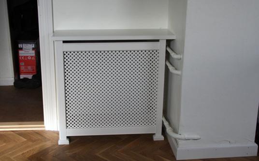 Fritstående radiatorskjuler med antikflet mønsterplade og Antik ben