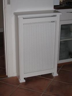 Fritstående radiatorskjuler med Kløver mønsterplade og Antik ben