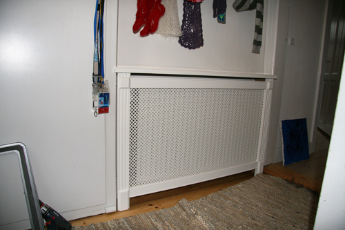 Fritstående radiatorskjuler med Kløver mønsterplade og Old English ben