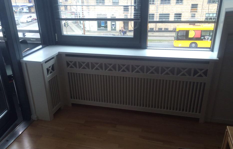 Hjørne radiatorskjuler med vindueskarm og Tokkerup trætremmer.