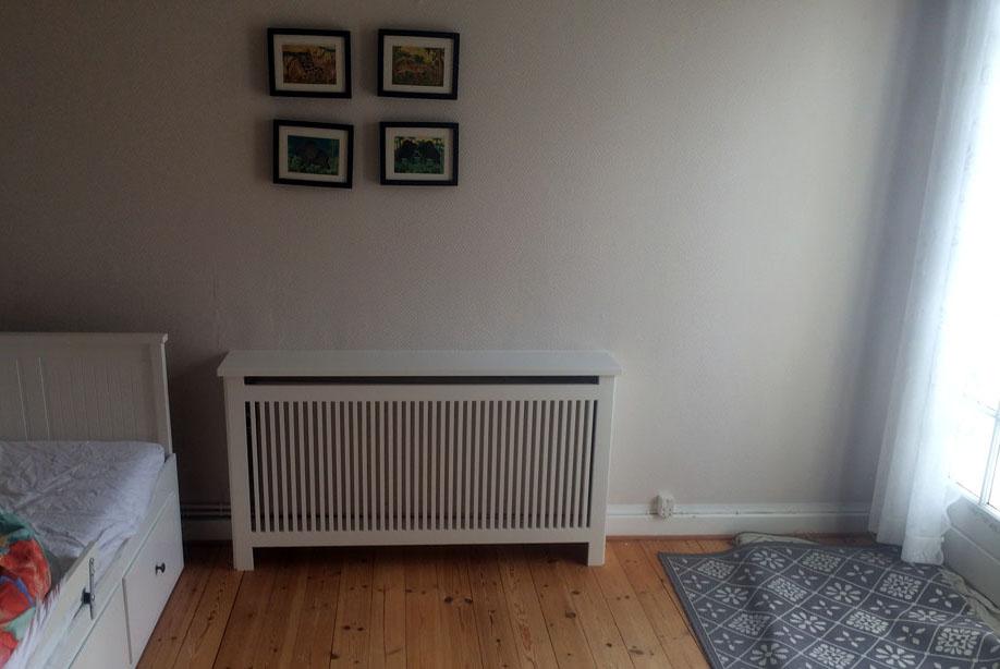 Hvid radiatorskjuler med Gentofte trætremmer i børneværelset.
