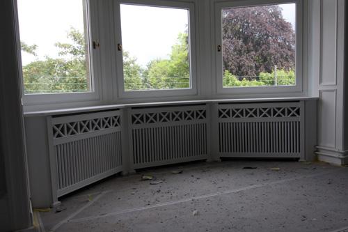 Karnap radiatorskjuler med Tokkerup tremmer og Antik ben.
