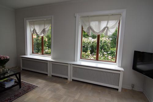 Lav radiatorskjuler under vindue med Kløver mønsterplade og Trørød ben