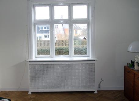Radiatorskjuler under vindue med antikflet Mønsterplade og Antik ben
