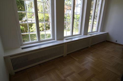 Radiatorskjuler under vindue med gentofte tremmer og Gentoft ben.