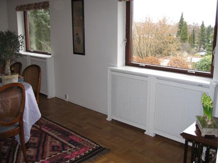 Radiatorskjuler under vindue med Kløver Mønsterplade og Antik ben