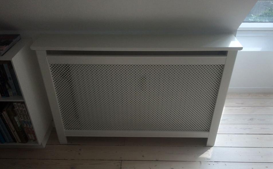 Skråvæg med radiatorskjuler til