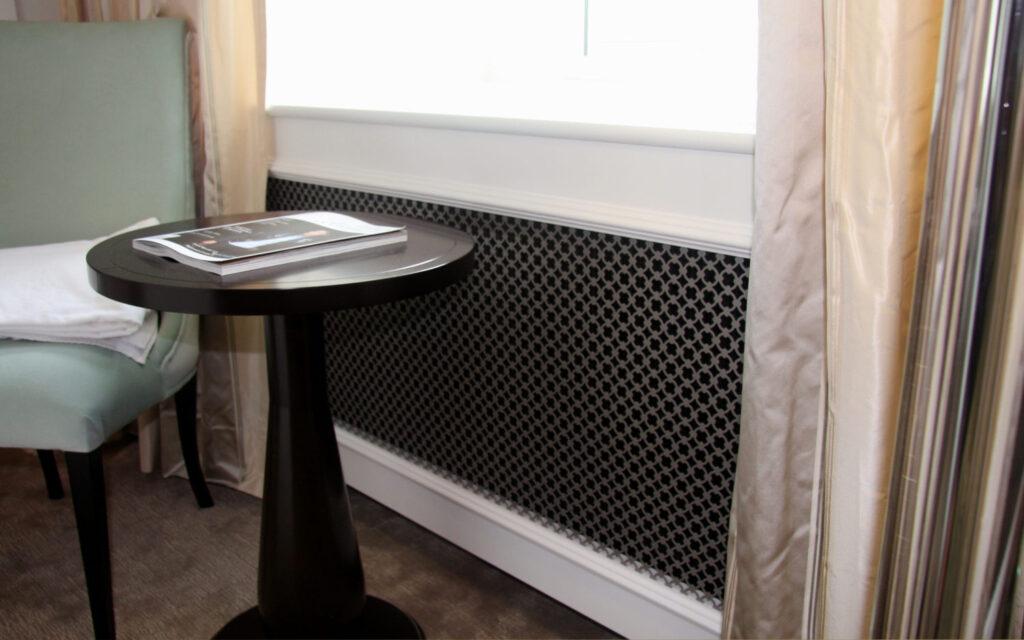 Radiatorskjuler med D'angleterre mønsterplade og Gentoft ben under vindue