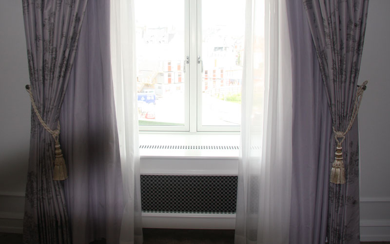 Radiatorskjuler under vindue med med D'angleterre mønsterplade og Gentoft ben