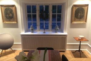 Enkelt radiatorskjuler under vindue med gentofte trætremmer og Gentoft ben