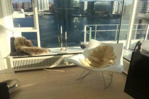 Bænk radiatorskjuler med jærgersborg tremmer og Gentoft ben ved vindue