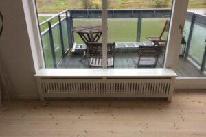 Bænk som har gentofte trætremmer og Gentoft ben radiatorskjuler
