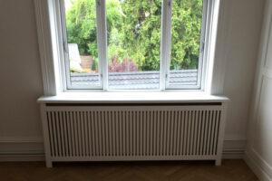 Gentoft ben og gentofte trætremmer på radiatorskjuler under vindue
