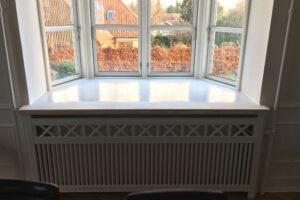 Karnap radiatorskjuler med tokkerup trætremmer og Gentoft ben