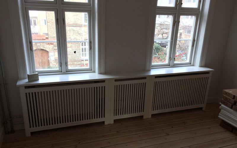 gentofte trætremmer og Gentoft ben på radiatorskjuler under vindue