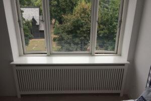 Jærgersborg trætremmer og Gentoft ben på radiatorskjuler placeret under vindue