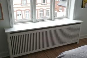 Under vindue er radiatorskjuler placeret som har jærgersborg trætremmer og trørød ben