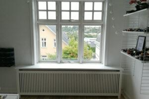 Radiatorskjuler under vindue med gentofte trætremmer og Gentoft ben