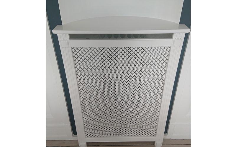 Fritstående radiatorskjuler med frederiksberg mønsterplade og old english ben