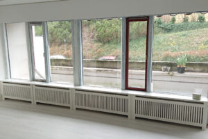 Radiatorskjuler under vindue med jærgersborg trætremmer og gentoft ben