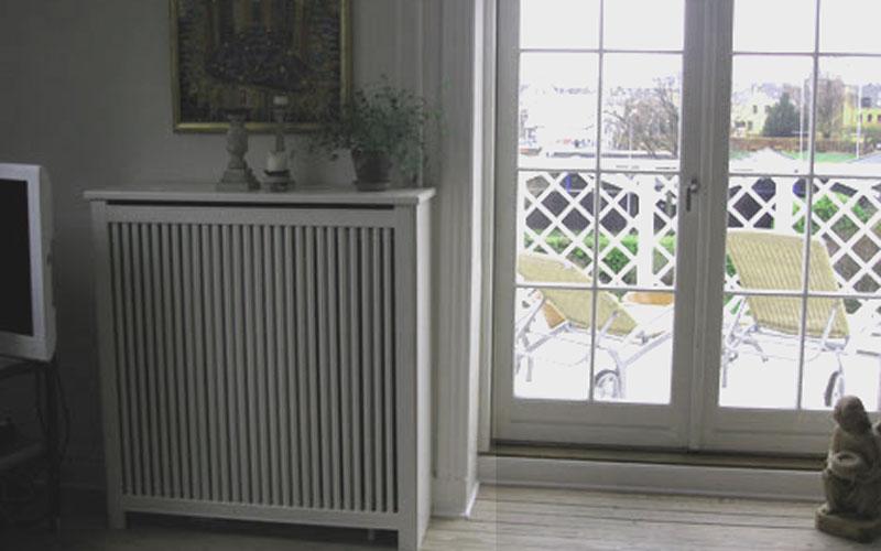 Fritstående radiatorskjuler med skagen trætremmer og Trørød ben