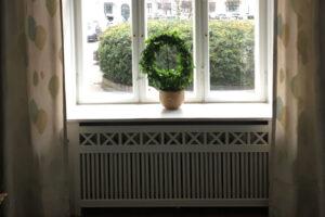 Radiatorskjuler under vindue med tokkerup trætremmer og old english ben