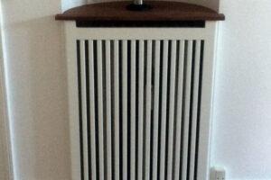 Ældre bolig med halvcirkler til radiatorerne. Med en radiatorskjuler kan halvcirklerne udnyttes og bruges til udstilling af det du holder af.