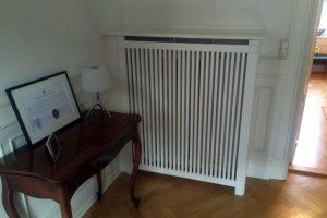 Brug en radiatorskjuler som konsolbord. Her er brugt Gentofte trætremmer og Old English ben.
