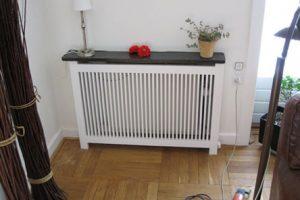Fritstående radiatorskjuler med Gentofte trætremmer og Gentoft ben