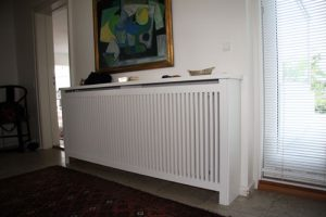 Fritstående radiatorskjuler med Jærgersborg Trætremmer og Gentoft ben
