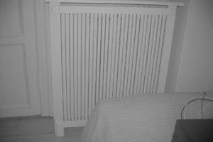 Fritstående radiatorskjuler med Skagen trætremmer og Old English ben