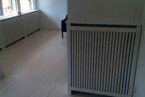 Gentofte trætremmer er benyttet i hele rummet til at afskærme rummets radiatorer.
