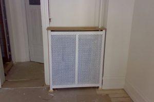 Hjørne radiatorskjule med antikflet Mønsterplade og Antik ben
