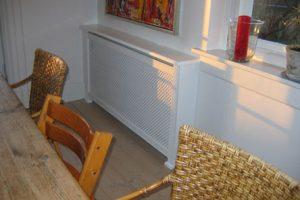 Hjørne radiatorskjuler med antikflet mønsterflet og Antik ben