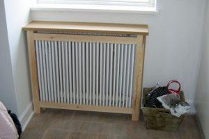 Hjørne radiatorskjuler med gentofte trætremmer og Gentoft ben