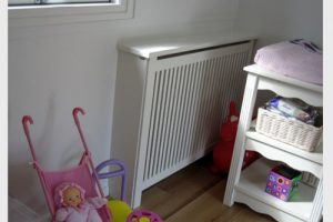 Hjørne radiatorskjuler med Jærgersborg trætremmer og Gentoft ben