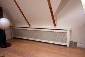 Hjørne radiatorskjuler med Kløver Mønsterplade og Trørød ben