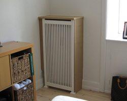 Hjørne radiatorskjuler med skagen trætremmer og Antik ben