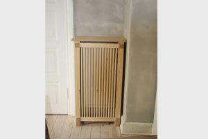 Hjørne radiatorskjuler med skagen trætremmer og Old english ben