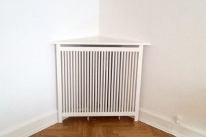 Hvid hjørne radiatorskjuler af den bedste kvalitet, og som udnytter hjørnet på bedste vis.