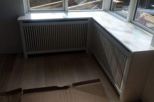 Hvis hjørne radiatorskjuler med dertilhørende vindueskarm. Flot integreret med boligens stil.