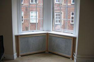 Karnap radiatorskjuler med antikflet Mønsterplade og Antik ben