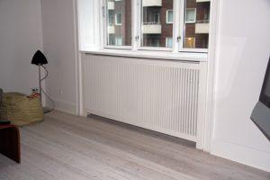 Karnap radiatorskjuler med gentofte tremmer og Gentoft ben.