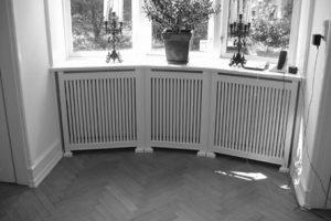 Karnap radiatorskjuler med Skagen tremmer og Antik ben