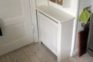 Lidt plads i køkkenet og en radiator der fylder. Med en radiatorskjuler får du en ekstra afsætningsplads.