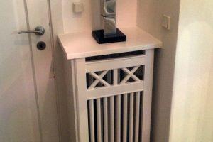 Lille hjørne med radiatorskjuler. Skjuleren har Tokkerup trætremmer og fungerer som pedestal.