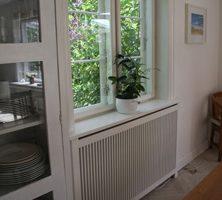 Radiatorskjuler under vindue med gentofte trætremmer og Antik ben
